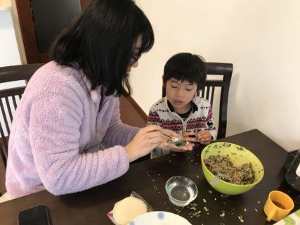 息子、餃子作りに初チャレンジ